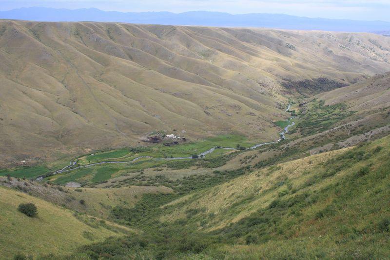 Дорога вдоль гор между посёлками Кеген и Жаланаш. The road along the mountains between Kegen village and Zhalanash village.