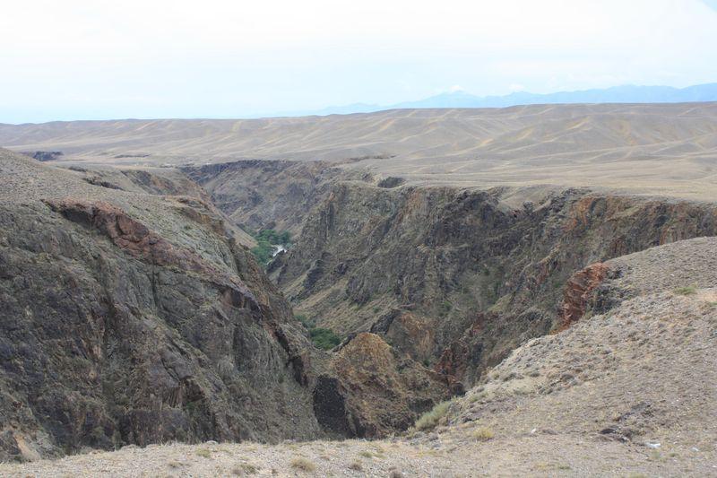 Дорога на озеро Кольсай. Каньоны реки Чарын. The road to Kolsay lake. Canyons of the Charyn River.