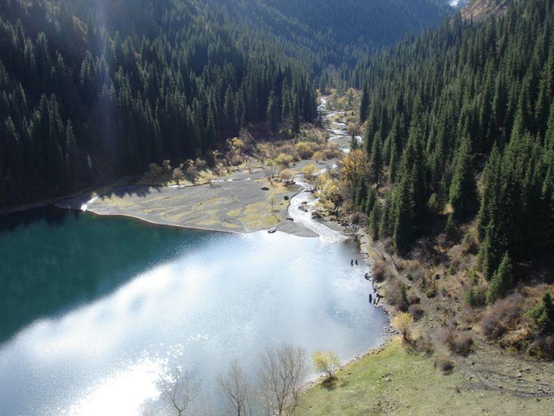 Озеро Кульсай. Нижнее озеро Кульсайских озёр. Горы Кунгей-Алатау.
