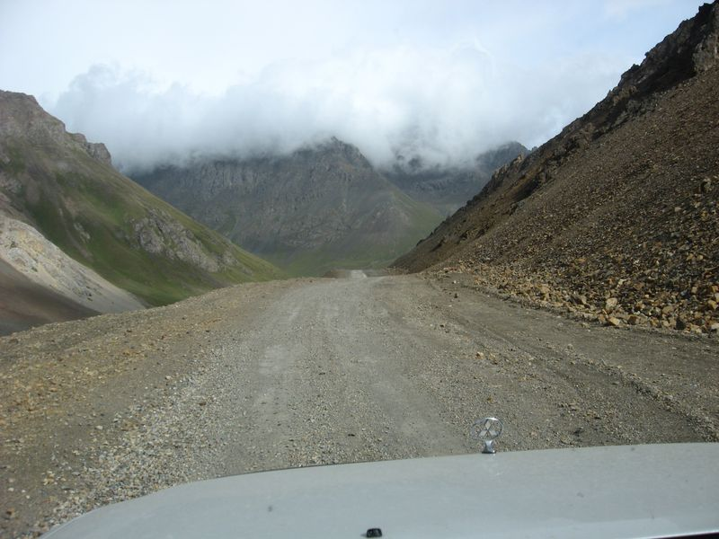 Киргизия. Дорога к перевалу Чон-Ашу вдоль ручья Коккиянын Суы. Kyrgyzstan. The road to the Chon-Ashu Pass along Kokkiyann Suy stream.