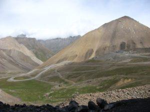 Серпантин перед перевалом Чон-Ашу. Serpentine in front of the Chon-Ashu Pass.