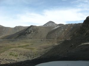 Киргизия. Перевал Чон-Ашу. Дорога перед перевалом. Kyrgyzstan. Chon-Ashu Pass. The road before the pass.
