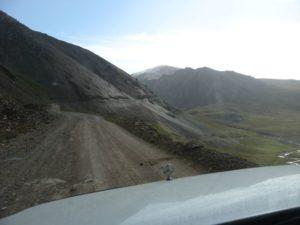 Киргизия. Дорога с перевала Чон-Ашу в долину реки Оттук. Kyrgyzstan. The road from the Chon-Ashu Pass to the Ottuk River Valley.