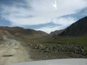 Киргизия. Дорога в долине реки Оттук. Kyrgyzstan. The road in the valley of the river Ottuk.