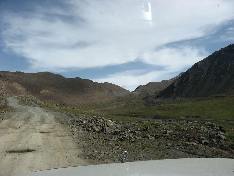 Киргизия. Дорога в долине реки Оттук.