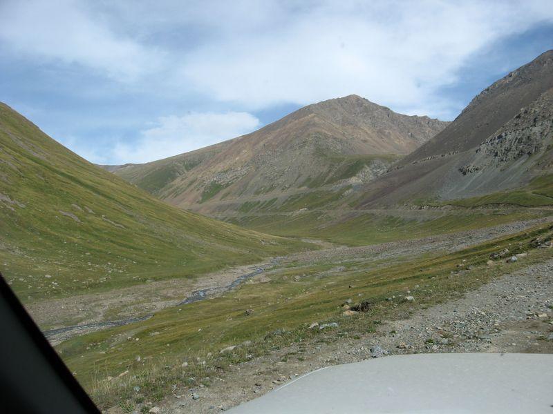 Киргизия. Дорога в долине реки Оттук. Kyrgyzstan. Road along Ottuk river valley.