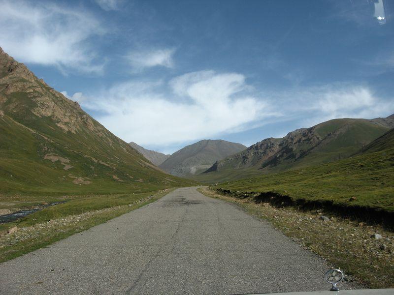 Киргизия. Дорога к посёлку Иныльчек вдоль реки Оттук. Kyrgyzstan. The road to Inylchek village along the Ottuk river.