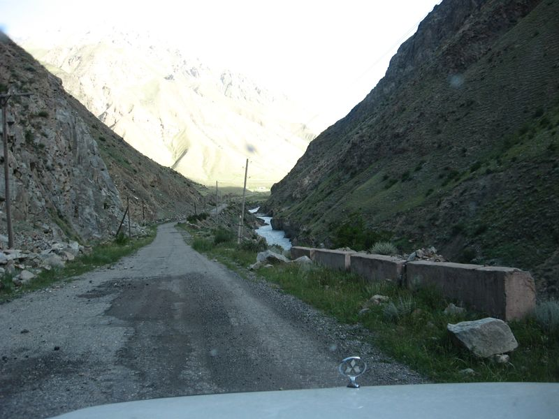 Киргизия. Дорога на Иныльчек вдоль реки Сарыджаз. Kyrgyzstan. The road to Inylchek along the Sarydzhaz River.