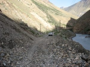 Киргизия. Дорога на Иныльчек. Завал на дороге. Kyrgyzstan. Road to Inylchek. Blockage on the road.