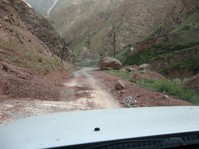 Киргизия. Река Сарыджаз. Дорога на Иныльчкек. Kyrgyzstan. Sarydzhaz River. Road to Inylchkek.