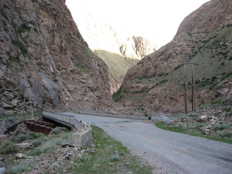 Киргизия. Дорога на Иныльчкек. Мост через Сарыджаз. Kyrgyzstan. Road to Inylchkek. Bridge over Sarydzhaz.