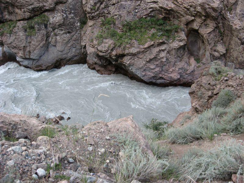 Киргизия. Глубокое ущелье Сарыджаза. Kyrgyzstan. Deep gorge Sarydzhaz.