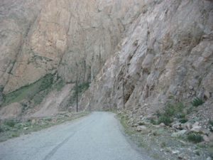 Киргизия. Отвесные скалы Сарыджаза. Kyrgyzstan. Steep cliffs Sarydzhaz gorge.