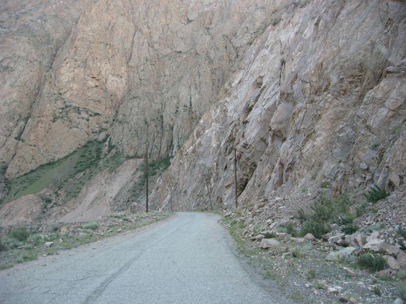 Киргизия. Отвесные скалы Сарыджаза.Kyrgyzstan. Cliffs of Saryjaz.
