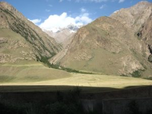 Киргизия. Дорога на Иныльчек. Долина реки Сарыджаз. Kyrgyzstan. Road to Inylchek. The valley of the Saryjaz river.