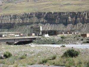 Киргизия. Иныльчек. Мост через реку. Kyrgyzstan. Inylchek. Bridge over river.