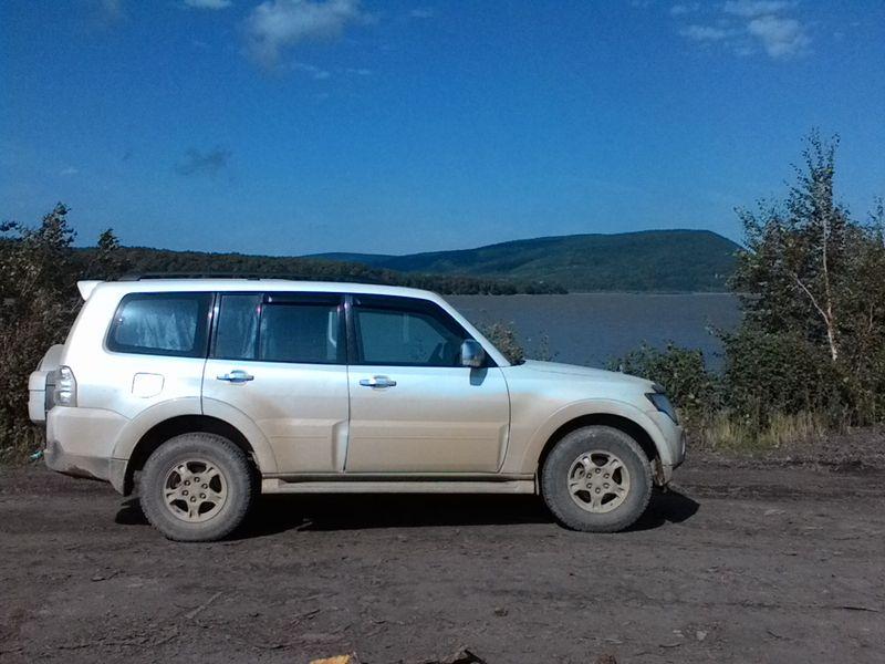 MITSUBISHI PAJERO на берегу реки Амур. MITSUBISHI PAJERO on the banks of the Amur River.