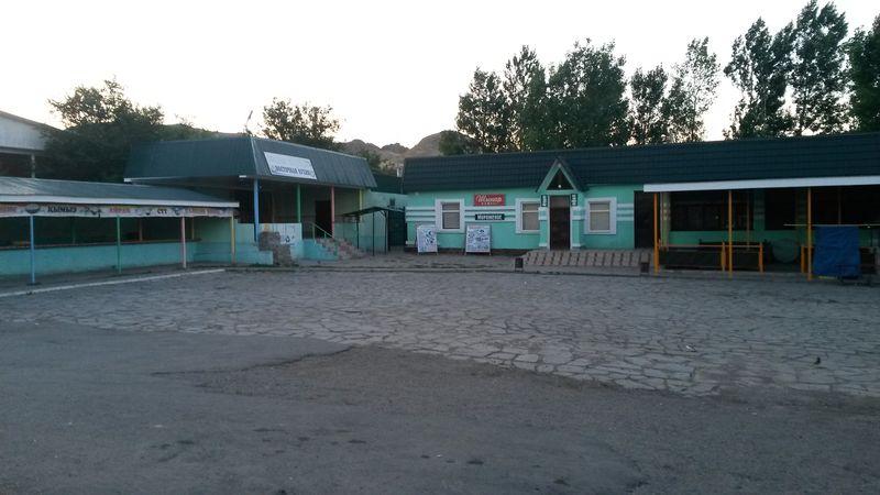 Торговая площадка перед перевалом Архарлы. Marketplace before climbing the Arkharly Pass.