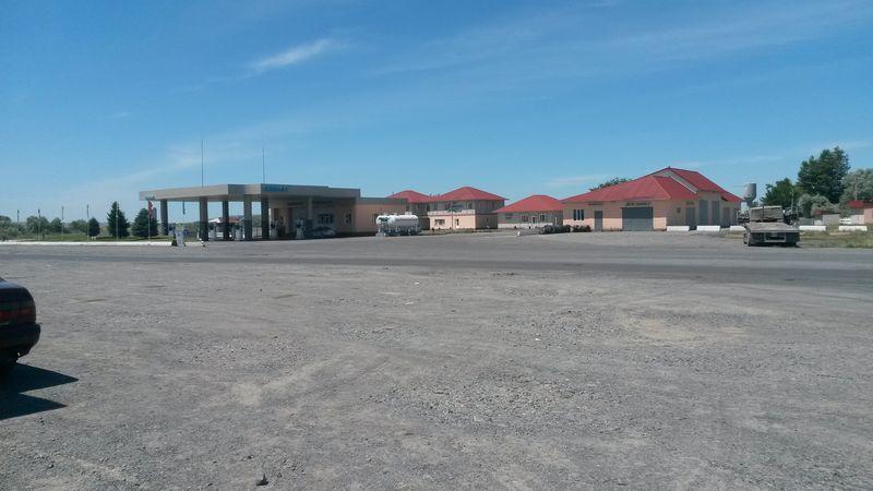 Поворот на Учарал. Гостиница и АЗС. Turn to Ucharal. Hotel and petrol station.