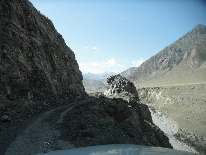 Киргизия. Дорога вдоль реки Сарыджаз. Kyrgyzstan. The road along the Saryjaz river.