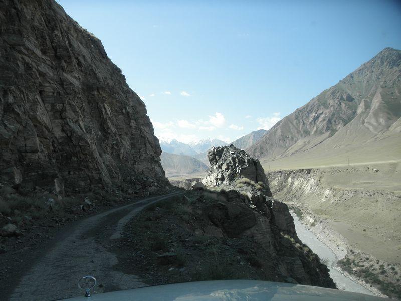 Киргизия. Дорога вдоль реки Сарыджаз. Kyrgyzstan. The road along the Saryjaz river.