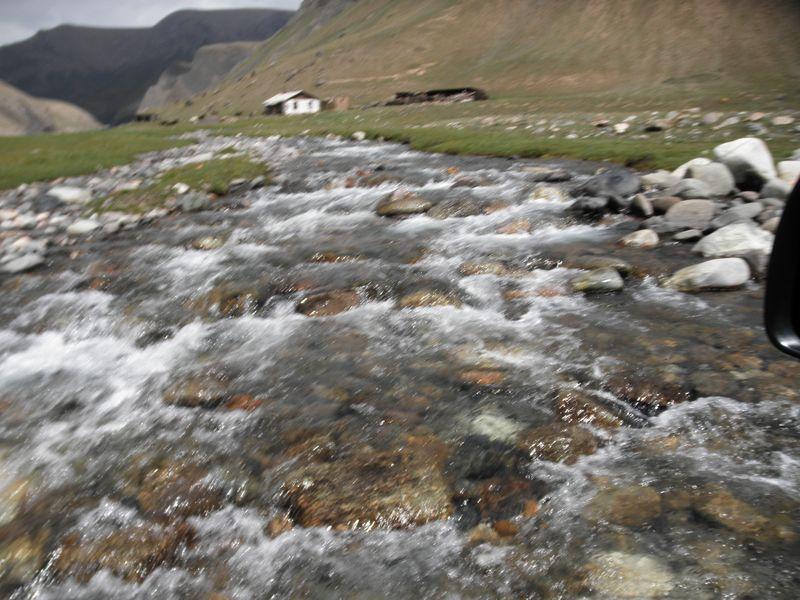 Киргизия. Переезд через горную реку. Kyrgyzstan. Crossing the mountain river.