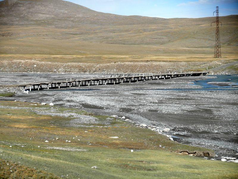Тянь-Шань. Киргизия. Старый мост через реку. Tien Shan. Kyrgyzstan. The old bridge over the river.