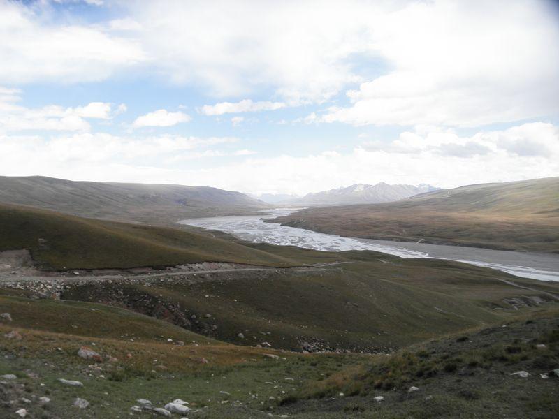 Киргизия. Дорога от реки Сарыджаз к перевалу. Kyrgyzstan. The road from the Saryjaz River to the pass.