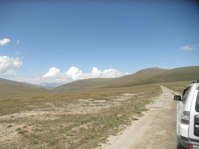 Киргизия. Перевал. Впереди дорога на Каркару. Kyrgyzstan. Pass. Ahead is the road to Karkara.