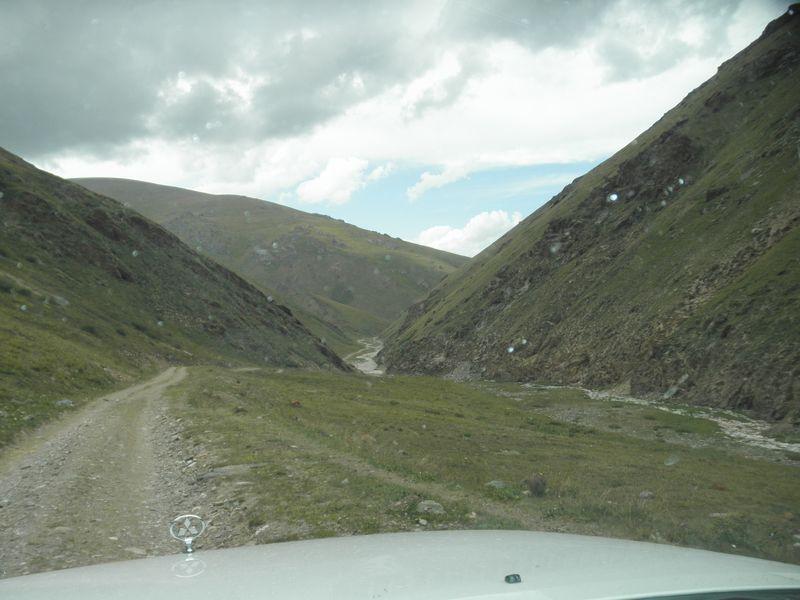 Киргизия. Дорога к реке Каркара. Kyrgyzstan. The road to the river Karkara.