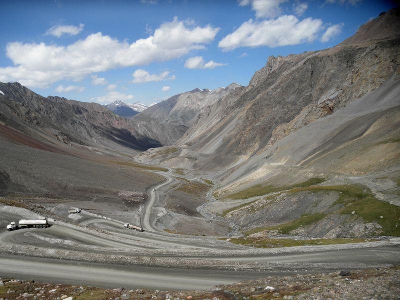 Тянь-Шань. Киргизия. Дорога с перевала Барскаун.Tien Shan. Kyrgyzstan. The road from the pass Barskaun.