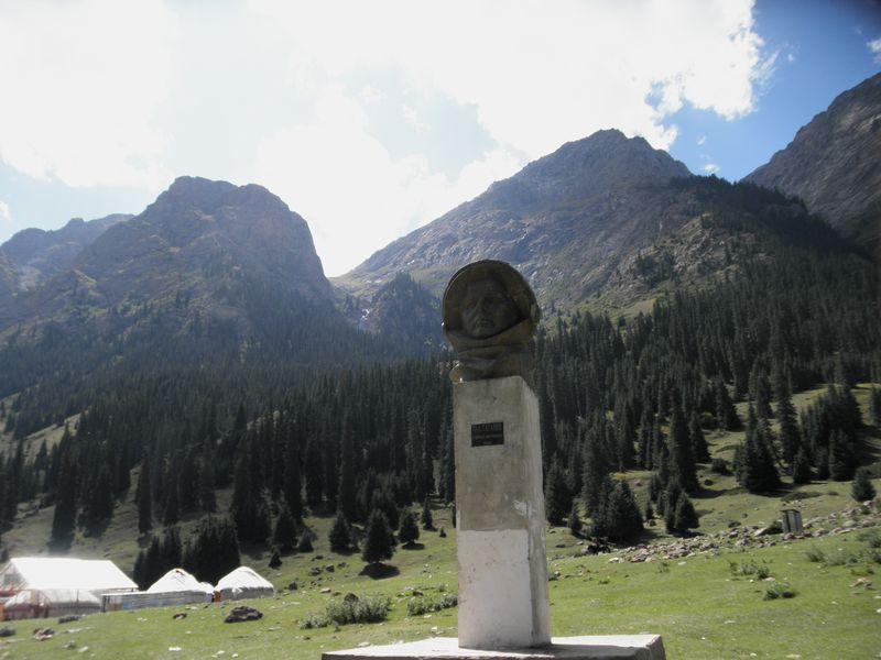 Тянь-Шань. Киргизия. Барскаун. Памятник Ю.А.Гагарину. Tien Shan. Kyrgyzstan. Barskaun. Monument to Yuri Gagarin.