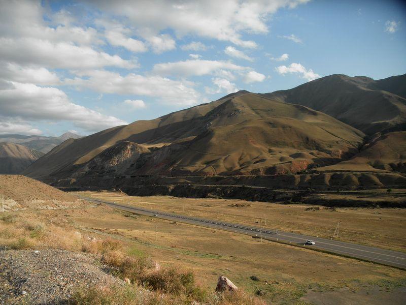 Киргизия.Дорога на озеро Иссык-Куль. Боомское ущелье. Kyrgyzstan.The road to the lake Issyk-Kul. Boom Gorge.