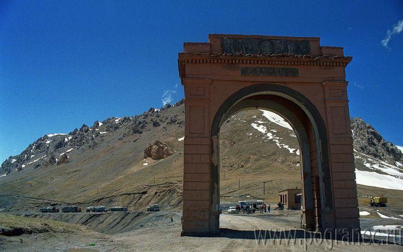 Старые ворота (арка) на перевале Торугарт. Old gate (arch) on the Torugart pass.