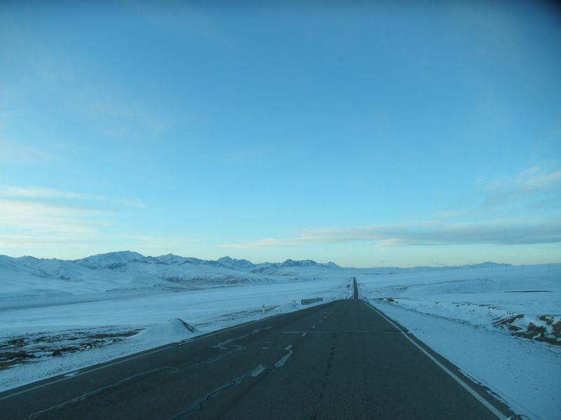 Киргизия. Тянь-Шань. Дорога от Нарына на Торугарт. Kyrgyzstan. Tien Shan. Road from Naryn to Torugart.