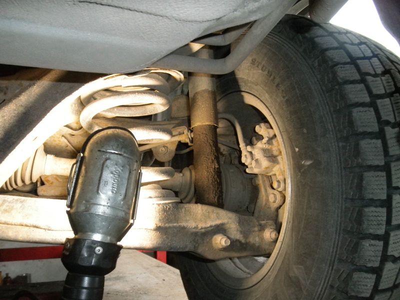 Замена задних амортизаторов Mitsubishi Pajero IV. Mitsubishi Pajero IV. Rear shock absorbers replacing.