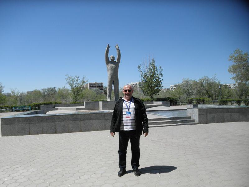 Казахстан. Город Байконур. Памятник Ю.А.Гагарину. Kazakhstan. Baikonur city. Monument to Yury Gagarin.