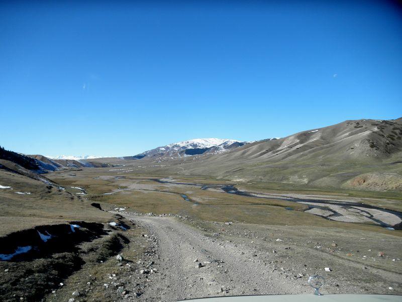 Дорога на плато Ассы. Мы едем вверх вдоль реки. The road to the Assy plateau. We ride up along the river.