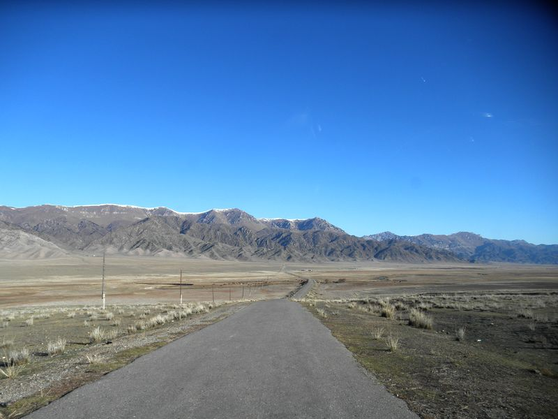 Горы Кетмень. Дорога от Сарыджаза на Комирши. Ketmen mountains. The road from Saryjaz to Komirshi.