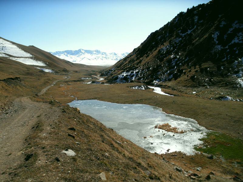 Дорога на перевал Кетмень из долины Шалкудысу. The road to the Ketmen pass from the Shalkudysu valley.