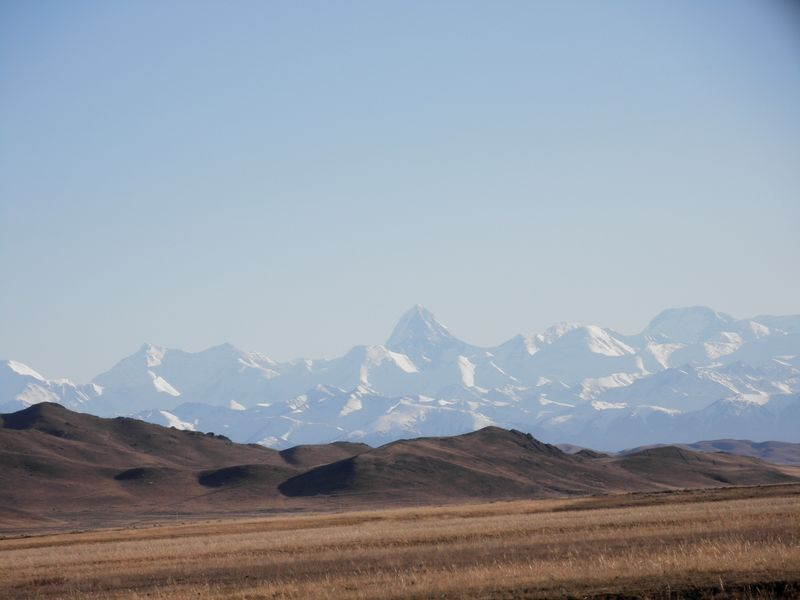 Вид на пик Хан-Тенгри из долины Шалкудысу. View of Khan Tengri peak from the Shalkudysu valley.