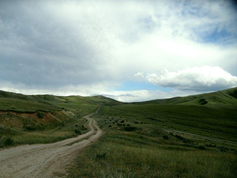 Дорога к озеру Тузколоь от посёлка Текес. The road to Lake Tuzkol from the village of Tekes.