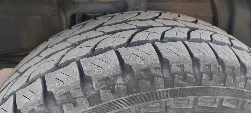 Шиномонтаж. Сезонная смена шин Mitsubishi Pajero на сервис-центре официального дилера. Tire service. Seasonal change of Mitsubishi Pajero tires at the service center of an authorized dealer.