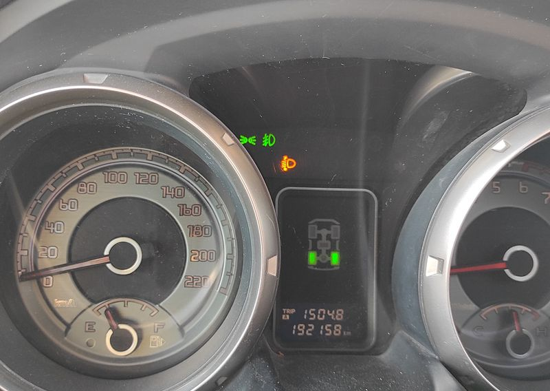 Ремонт автомобиля Mitsubishi Pajero IV. Замена тяги датчика корректора фар. Mitsubishi Pajero IV car repair. Replacing the headlight range sensor link.